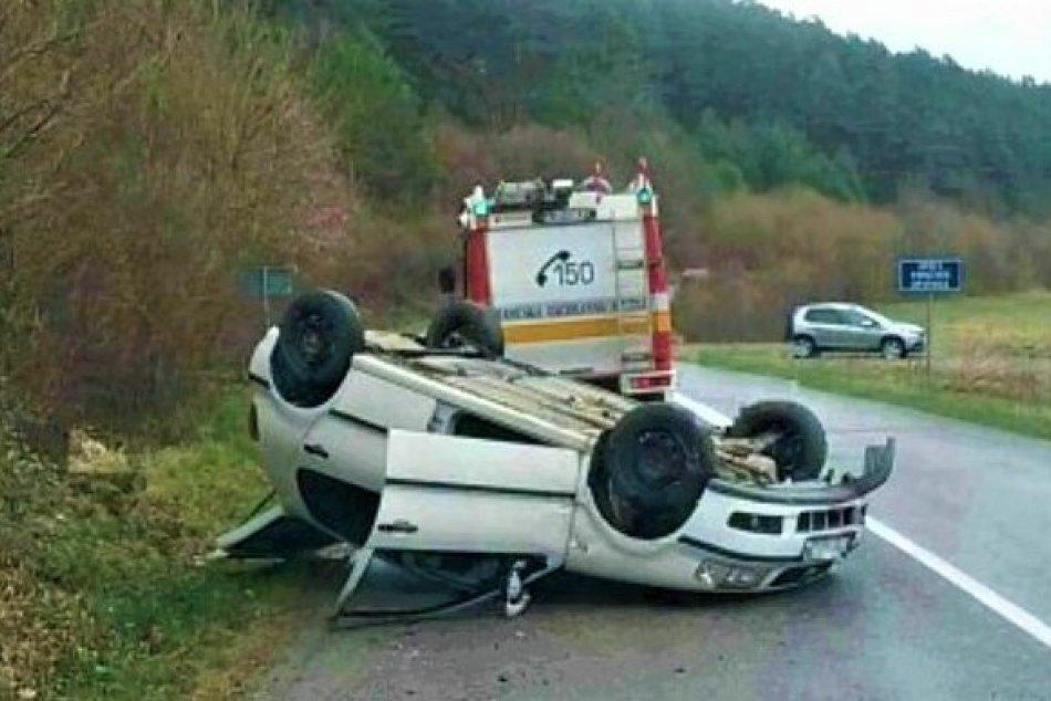 Ilustračný obrázok k článku Auto skončilo na streche: Nehoda blízko Považskej Bystrice na FOTKÁCH