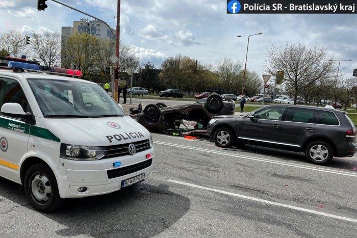 Ilustračný obrázok k článku Hrozné zábery: Auto po nehode pristálo na streche!