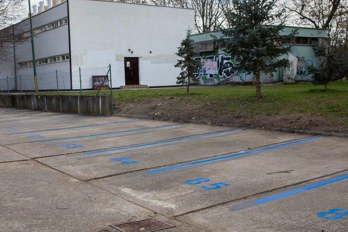 Ilustračný obrázok k článku Petržalka sprístupnila parkovisko pre 108 áut: Stáť tu môžete zatiaľ zadarmo