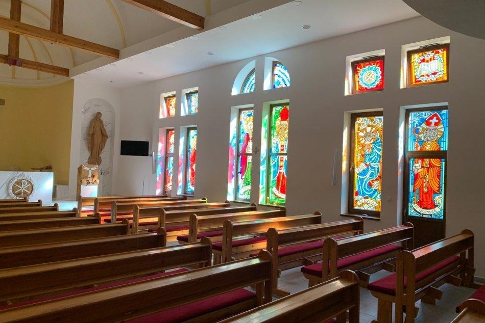 Ilustračný obrázok k článku Kňazský seminár s novinkou: Okná jeho kaplnky zdobia nové vitráže, FOTO