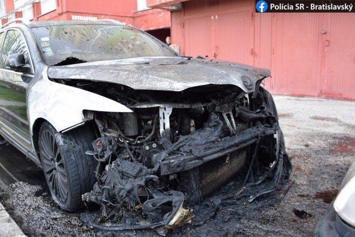 Ilustračný obrázok k článku Horiace auto v Petržalke: Napriek rýchlemu zásahu hasičov už majiteľa neodvezie