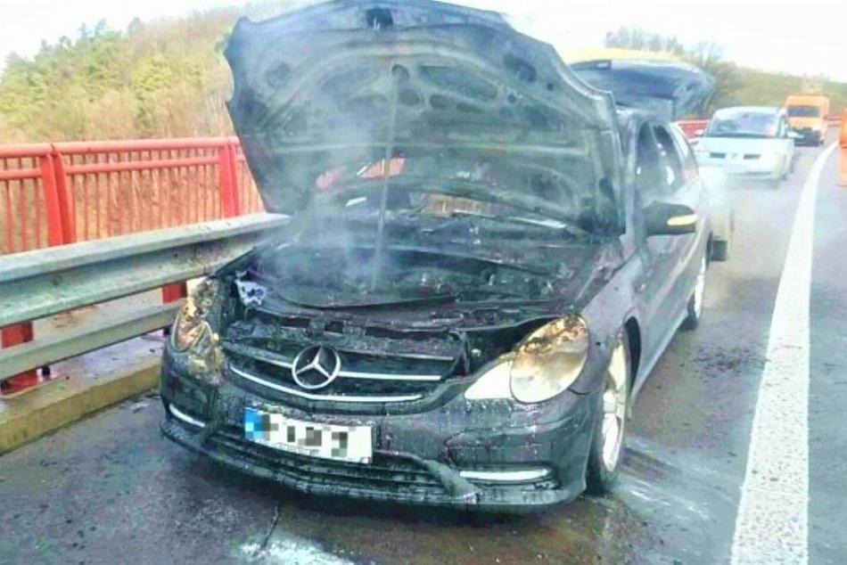 Ilustračný obrázok k článku Mercedes v plameňoch: Považskobystrickí hasiči o príčine požiaru, FOTO