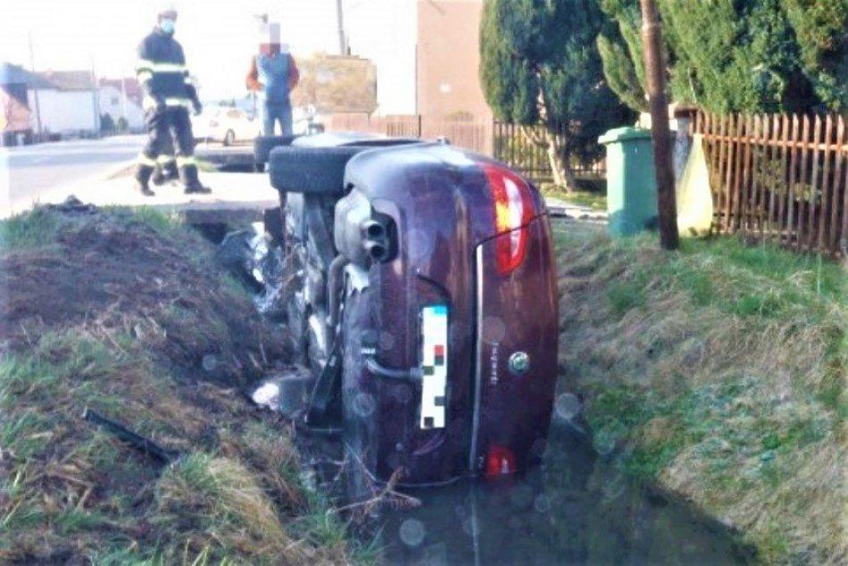 Ilustračný obrázok k článku Nehoda so zranením v Beluši: Prevrátené auto uviazlo v potoku, FOTO