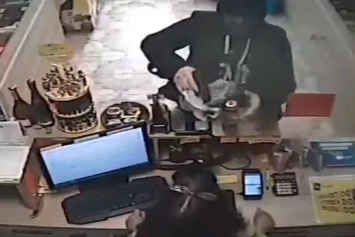 Ilustračný obrázok k článku Dramatické chvíle v košickej predajni: Zákazník na predavačku namieril zbraň, VIDEO