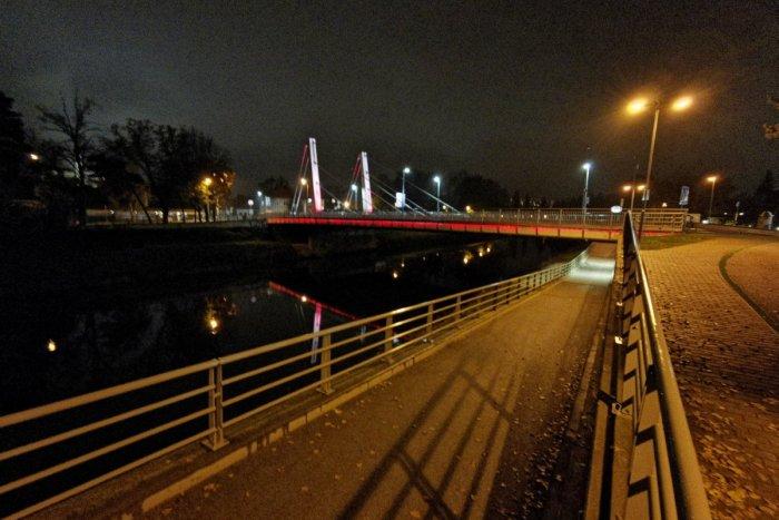 Ilustračný obrázok k článku Chrenovský most zmení farbu: Svietiť bude na červeno