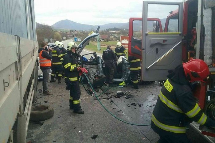 Ilustračný obrázok k článku Zrážka dvoch áut s kamiónom pri Rožňave: Hasiči hlásia zranených! FOTO