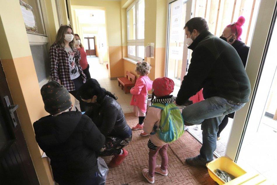Ilustračný obrázok k článku Starostka Zvolenskej Slatiny otvorene: Ako vyzeral návrat detí do školy?