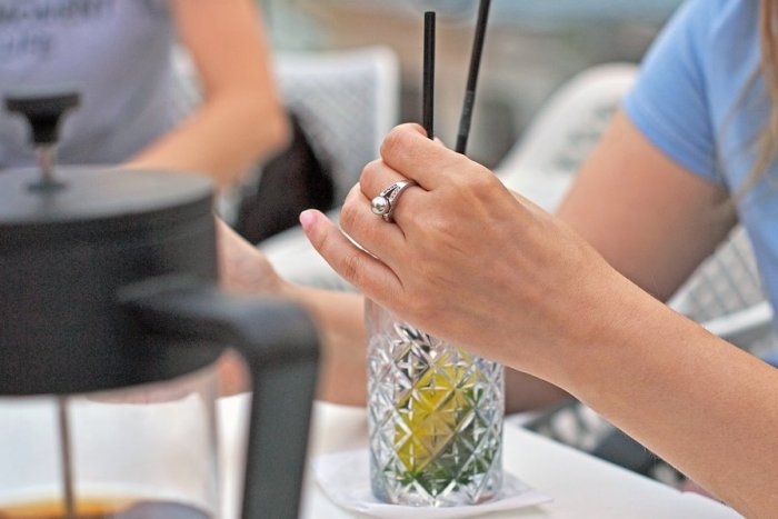 Ilustračný obrázok k článku V čase korony je alkohol pre Slovákov nebezpečnejší: Ženy pijú viac a dobiehajú mužov!