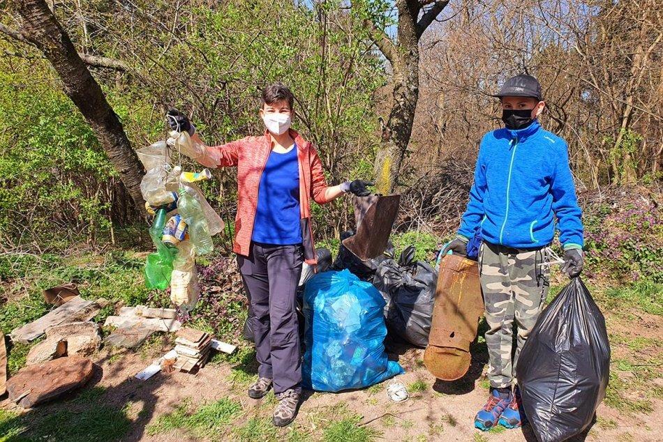 Ilustračný obrázok k článku Zo Zobora vyniesli 2 tony odpadu: Našli sa aj vyhodené rúška a respirátory, FOTO