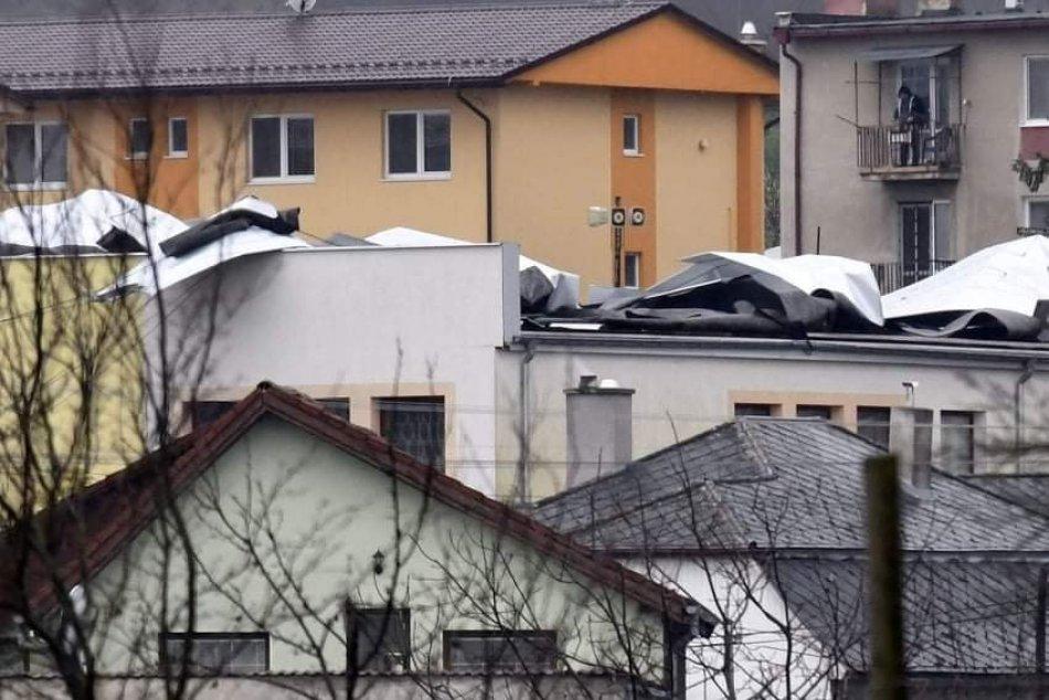 Ilustračný obrázok k článku Prudký vietor strhol na Zemplíne plechovú strechu neďaleko bytoviek, FOTO