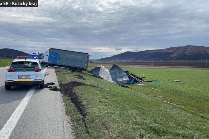 Ilustračný obrázok k článku Vodič kamiónu pri Hrhove zabudol na podstatnú vec: Cesta je pre nákladnú dopravu uzavretá, FOTO