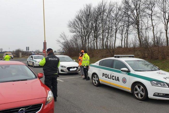 Ilustračný obrázok k článku Policajti kontrolovali dodržiavanie opatrení! KOĽKO ľudí dostalo za to v našom kraji POKUTU?