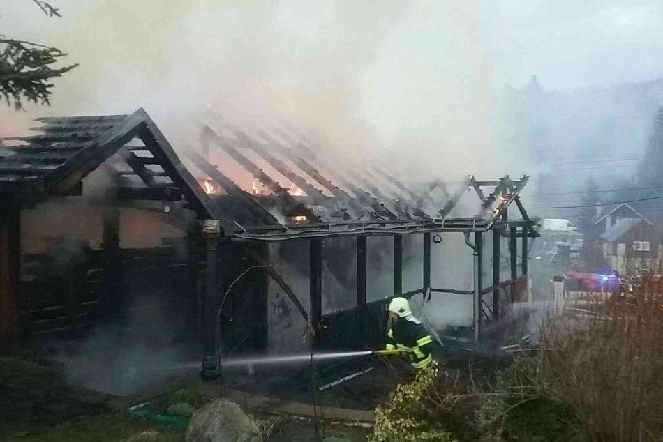 Ilustračný obrázok k článku Na Horehroní horí rodinný dom: Zasahujú bystrickí, breznianski aj dobrovoľní hasiči, FOTO