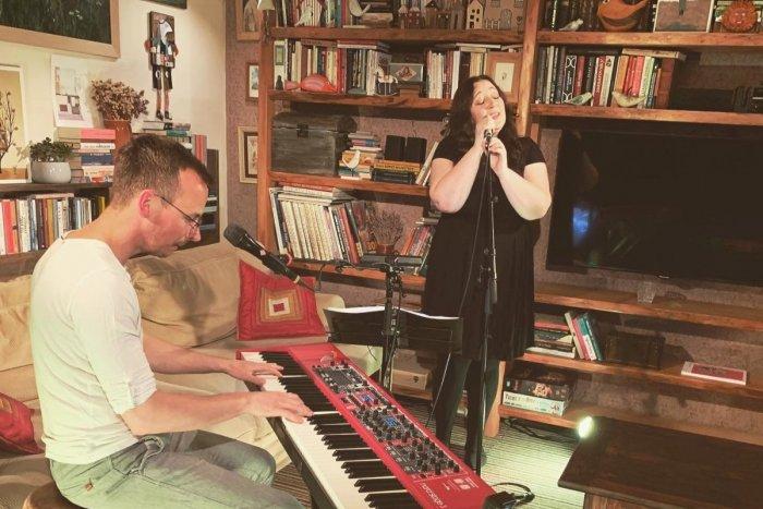 Ilustračný obrázok k článku Tip na koncert: Katka Koščová zaspievala z obývačky a dúfa, že TAKTO to bude naposledy