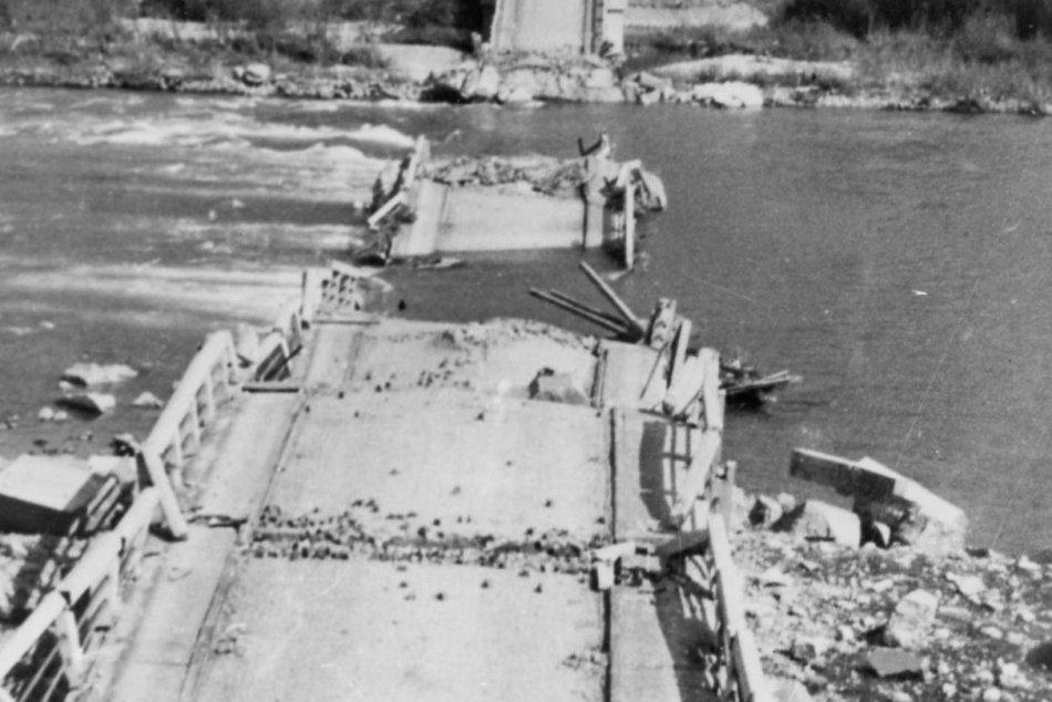 """Ilustračný obrázok k článku Okamihy hrôzy pre Považskú: Nemci """"na rozlúčku"""" zabíjali a zničili Orlovský most"""