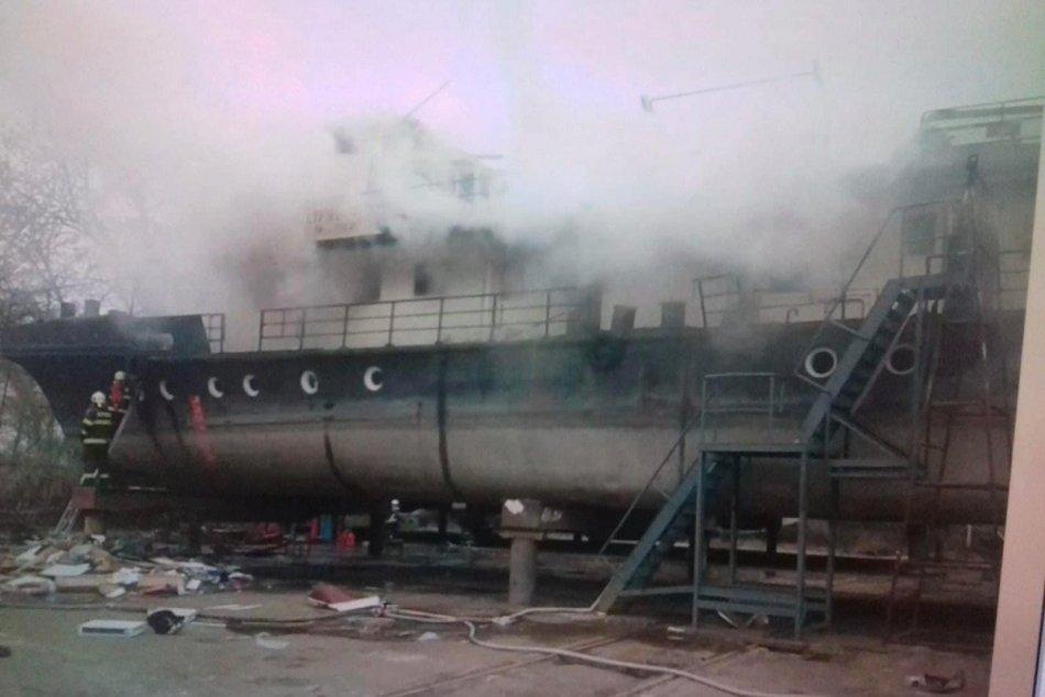 Ilustračný obrázok k článku Horiace PEKLO: Hasiči zasahujú pri požiari starej lode, namerali v nej viac ako 700 °C
