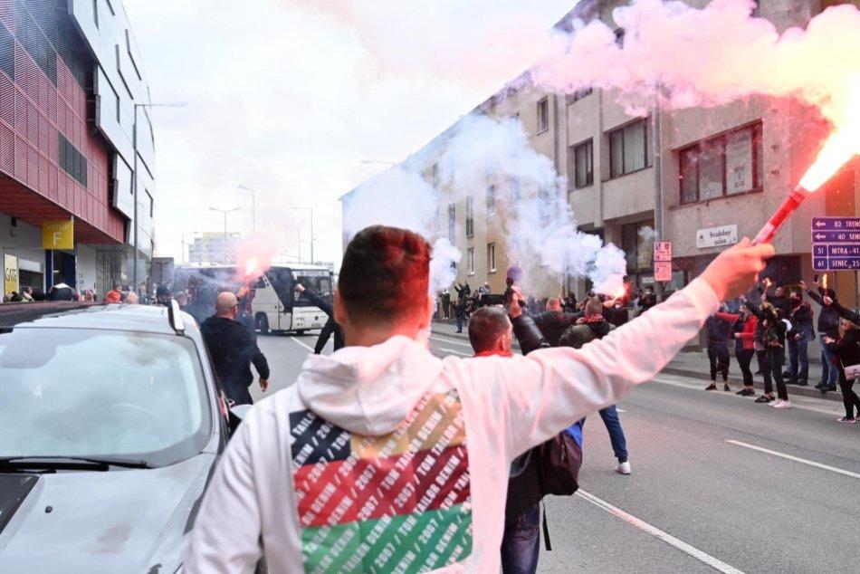 Ilustračný obrázok k článku Futbaloví chuligáni z Trnavy opäť vyčíňali: Zaútočili na starší manželský pár