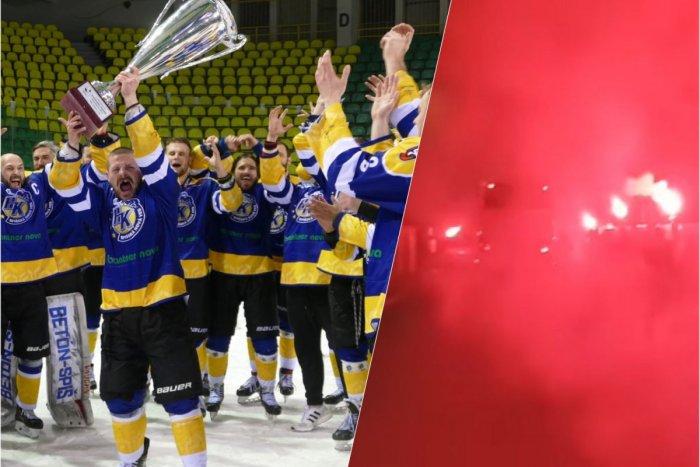Ilustračný obrázok k článku Spiš sa vracia medzi hokejovú ELITU: Fanúšikovia vítali svojich hrdinov svetlicami! VIDEO