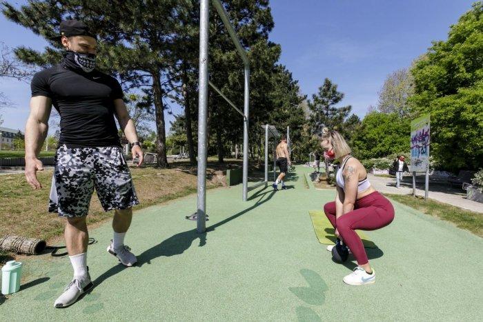 Ilustračný obrázok k článku Ako je to s cvičením vonku a vnútri? Od pondelka začal platiť aj COVID automat pre šport