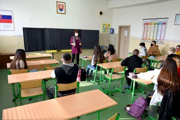 Ilustračný obrázok k článku Návrat detí do lavíc: V piatich okresoch môžu otvoriť všetky základné a stredné školy