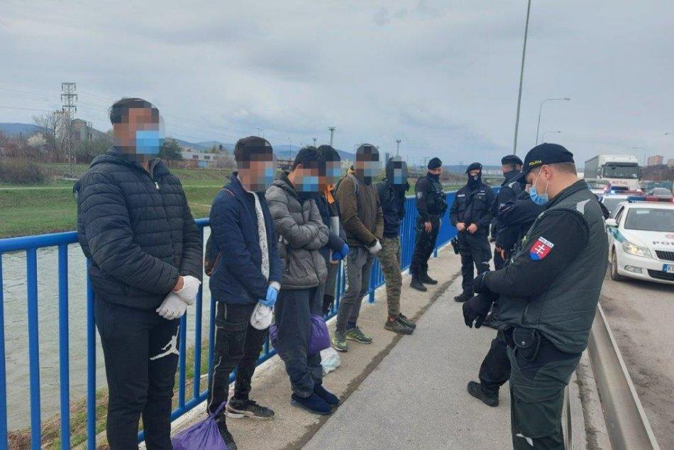 Ilustračný obrázok k článku Z kamióna v Košiciach povyskakovali migranti. Chytili ich pri Hornáde, FOTO