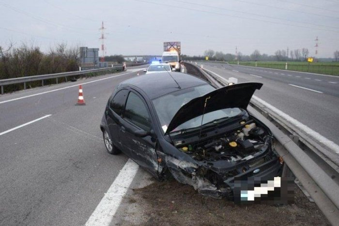 Ilustračný obrázok k článku Na R1 vyrazil, aj keď nikdy nemal vodičák: Po chvíli havaroval a z miesta ušiel
