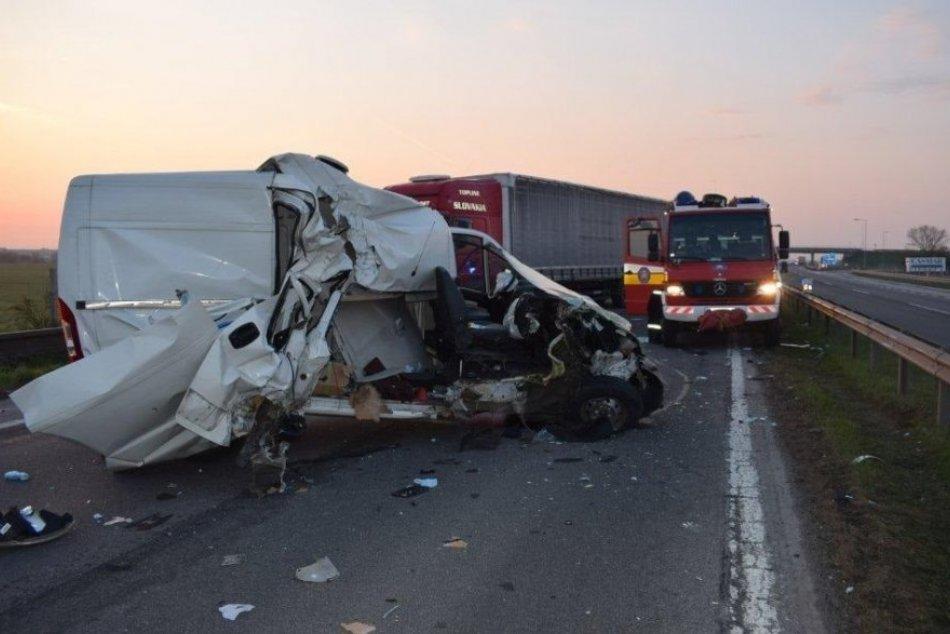 Ilustračný obrázok k článku Hrozivá nehoda pred Trnavou: Na diaľnici sa zrazili tri autá, FOTO