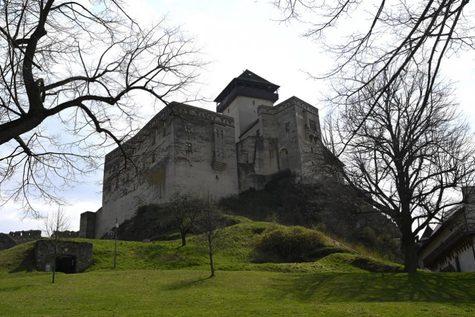 Ilustračný obrázok k článku Výstava na Čákovom hrade: Ako sa trenčianska borovička dostala do sveta?