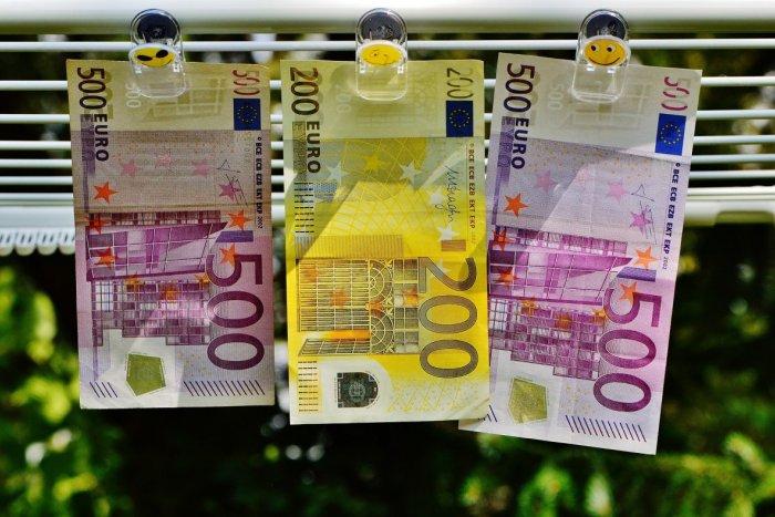 Ilustračný obrázok k článku Mladík sa pokúsil v Poprade zaplatiť 500 eurovou bankovkou: Predavačke sa niečo nezdalo