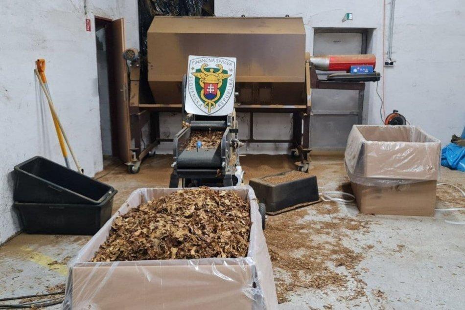 Ilustračný obrázok k článku Pri Topoľčanoch odhalili nelegálnu výrobňu cigariet: Zaistili 12 ton tabaku! FOTO