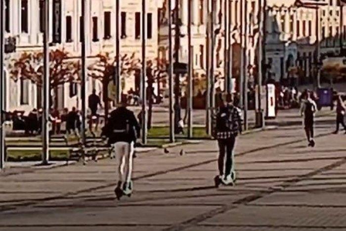 Ilustračný obrázok k článku Niektorí Bystričania proste neriešia: Na nových kolobežkách uháňajú aj námestím, VIDEO
