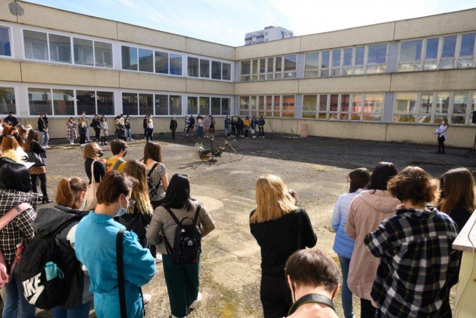 Ilustračný obrázok k článku Okres Topoľčany je RUŽOVÝ: Do školských lavíc sa vrátili žiaci, FOTO
