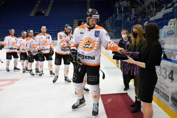 Ilustračný obrázok k článku Fanúšikovia pri štadióne vítali hokejistov: Pre nás ste stále majstri!
