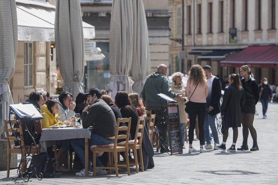 Ilustračný obrázok k článku Do ulíc sa vrátil ŽIVOT. Slováci si vychutnávali otvorené terasy, FOTO