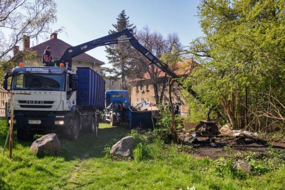 Ilustračný obrázok k článku Nitra rozbehla boj proti čiernym stavbám: Prvé dve nelegálne garáže zbúrali, FOTO