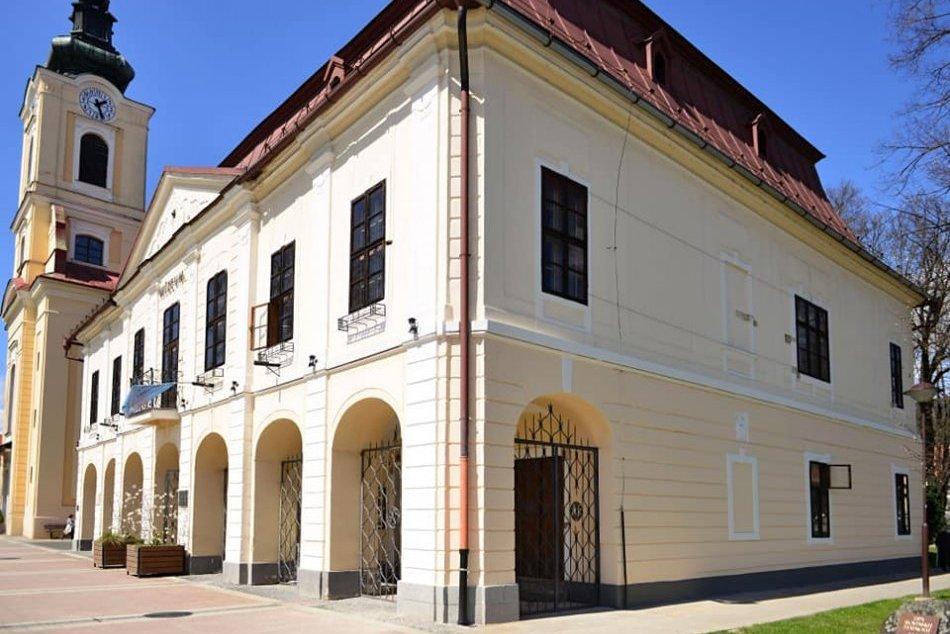 Ilustračný obrázok k článku Tomu sa povie premena: Všimli ste si, ako opeknela historická radnica v Brezne? FOTO
