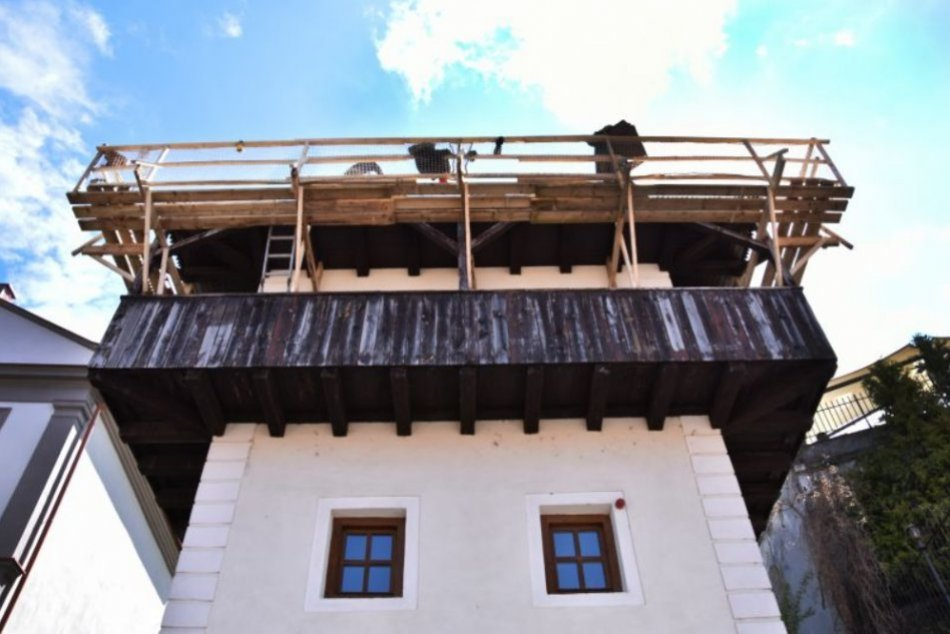 Ilustračný obrázok k článku Posledný svojho druhu: Začali renovovať historický Katov dom v Trenčíne, FOTO