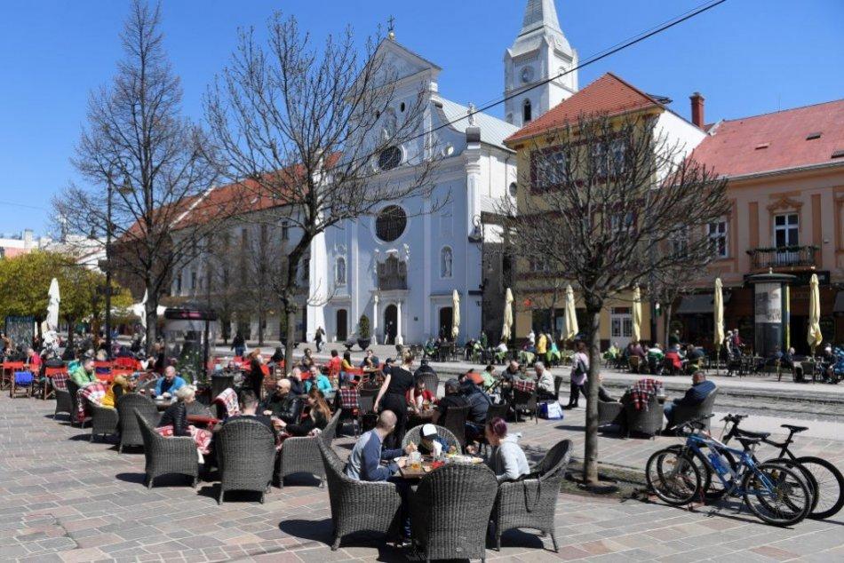 Ilustračný obrázok k článku V OBRAZOCH: Košičania zaplavili Hlavnú ulicu. Terasy praskajú vo švíkoch
