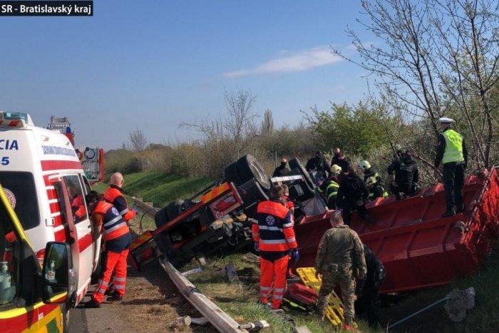 Ilustračný obrázok k článku Prevrátený kamión na diaľnici D2 zastavil dopravu. Cez tento úsek neprejdete