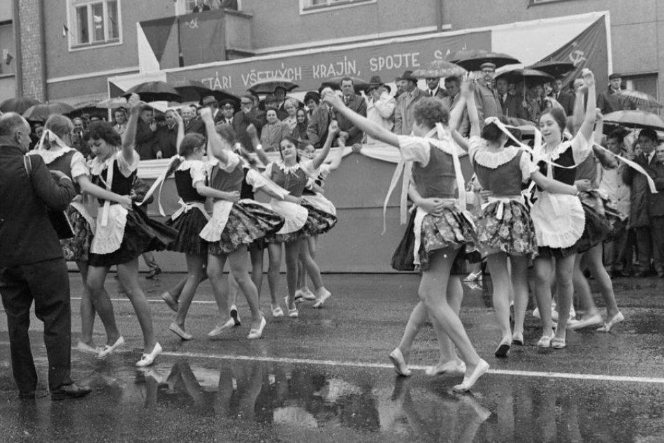 Ilustračný obrázok k článku Prvomájové sprievody zapĺňali aj ulice Zámkov: RETRO fotky vás vrátia v čase