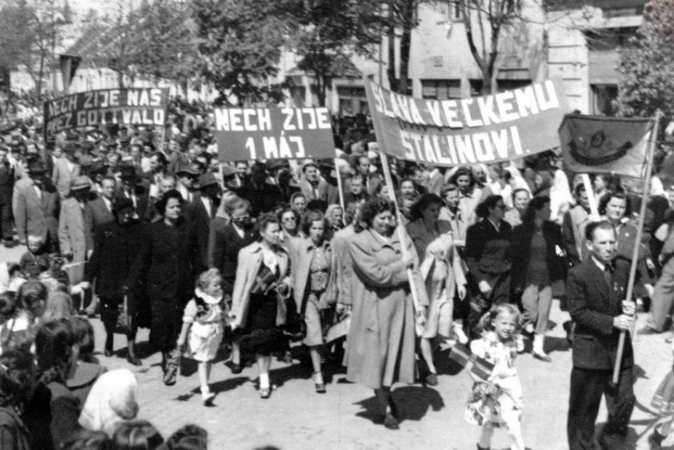 Ilustračný obrázok k článku Keď ulice mesta zaplnili tisíce ľudí: Dobové ZÁBERY prvomájových osláv v Moravciach