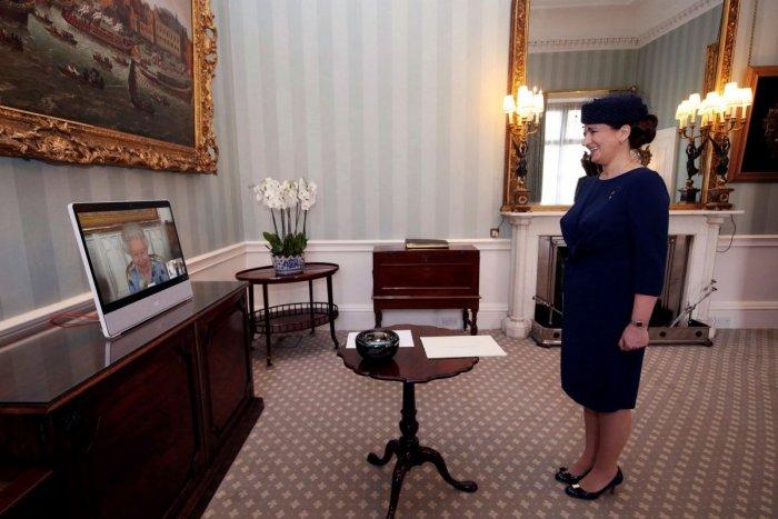 Ilustračný obrázok k článku Kráľovná Alžbeta II. po smrti manžela: Čierne šaty odložila a pozrite na ten ÚSMEV! FOTO