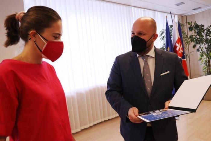 Ilustračný obrázok k článku Minister obrany ocenil Vlhovú: NEUVERÍTE, čo jej venoval za megaúspech! FOTO