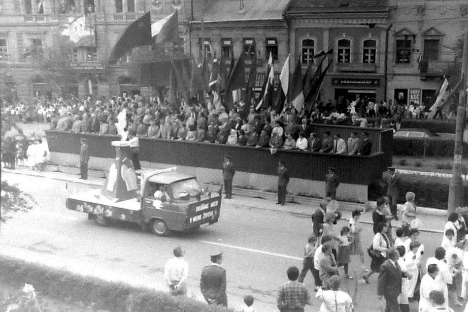 Ilustračný obrázok k článku Spomienky na 1. máj: Raritný ARCHÍV zo sprievodu námestím v Prešove, FOTO