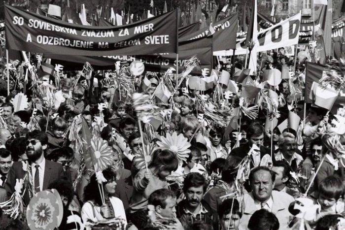 Ilustračný obrázok k článku 1. máj za socializmu: Mávadlá, rozžiarené tváre pionierov a súdruhovia na tribúne + FOTO