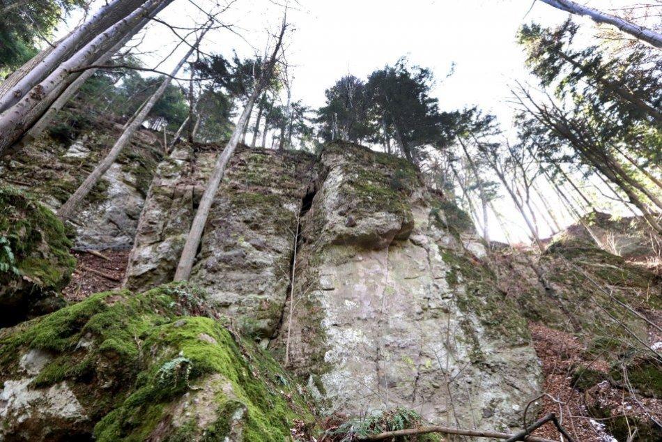 """Ilustračný obrázok k článku Láka vás dobrodružstvo v skalách? Nad Bystricou sa ukrýva malý """"Slovenský raj"""", FOTO"""