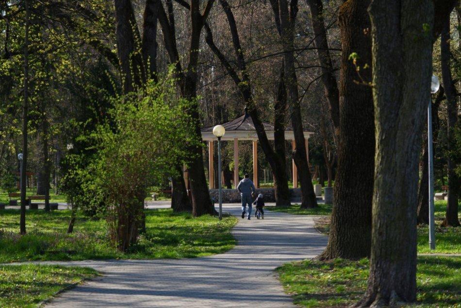 Ilustračný obrázok k článku Oázu pokoja máme priamo v Lučenci: Zábery z parku hovoria za všetko, FOTO