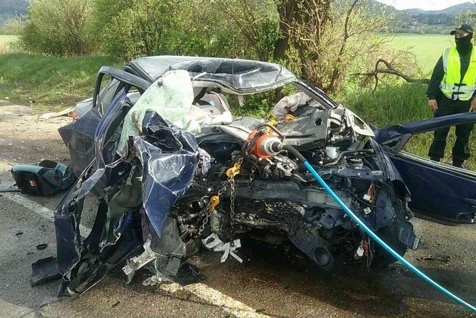 Ilustračný obrázok k článku Tragédia neďaleko Trenčína: Po náraze auta do stromu vyhasol ľudský život, FOTO