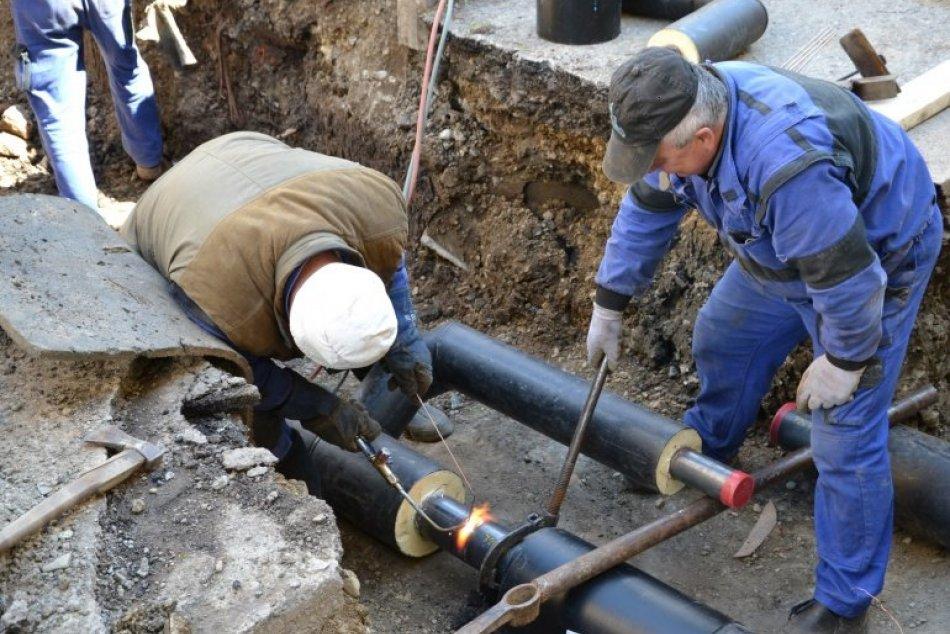 Ilustračný obrázok k článku Koniec haváriám? Prvé opravy potrubí v Humennom sú v plnom prúde, FOTO
