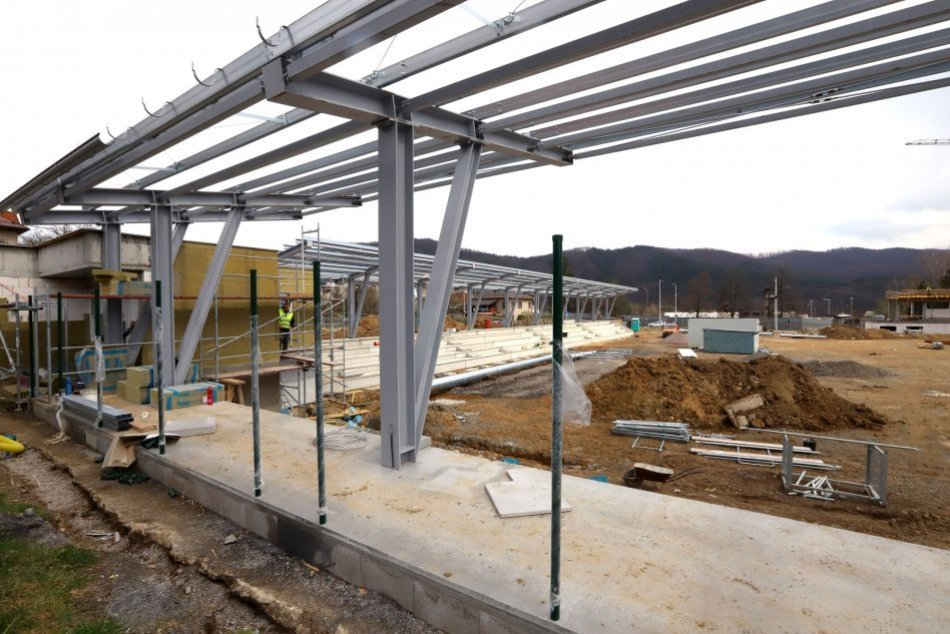 Ilustračný obrázok k článku Aktuálne FOTO: Výstavba mládežníckeho štadióna v Bystrici napreduje